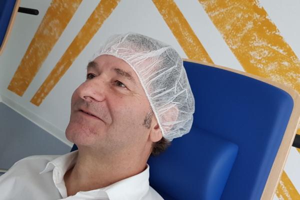 Patient am Behandlungstag der OP implantierbare Kontaktlinsen in den MVZ DerArzt Augenzentren