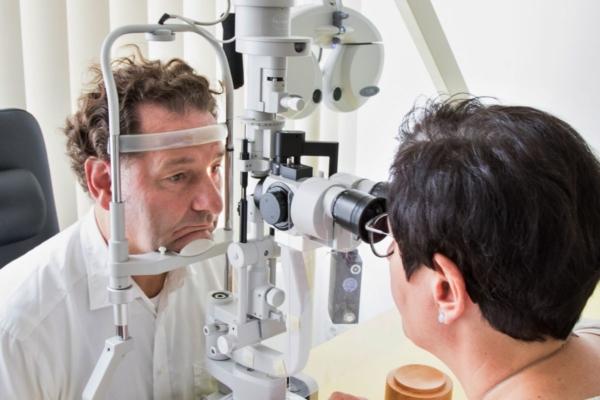 Spaltlampe für Augenhintergrund Augendiagnostik in den MVZ DerArzt Augenzentren
